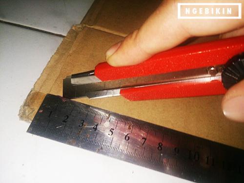 potong kardus dengan jarak antara 5cm dari tepian
